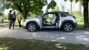 Mazda MX-30 con puertas abiertas