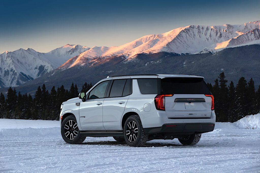 GMC Yukon 2021 blanca en la nieve