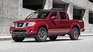 Nissan Frontier 2020 roja en las calles de la ciudad