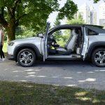 El crossover eléctrico Mazda MX-30 tiene puertas como las RX-8