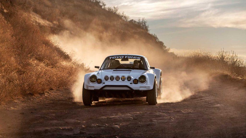 Russell Built 911 compitiendo en Baja en medio del desierto